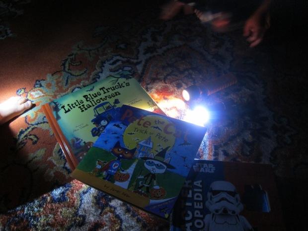 Halloween 17 Flashlight Stories (1)